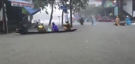 Nguoi dan phai 'cheo thuyen' ngay trong thanh pho Hue - Anh 1