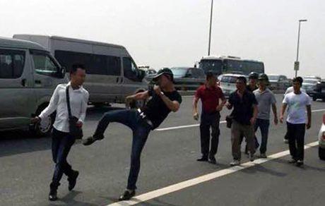 Ha Noi: Phong vien bi dam da tui bui khi dang tac nghiep tren cau Nhat Tan - Anh 1