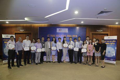 A hau Thuy Van, MC Thu Huong cua VTV24 duoc FPT trao hoc bong MBA - Anh 1
