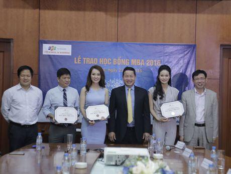 A hau Thuy Van, MC Thu Huong cua VTV24 duoc FPT trao hoc bong MBA - Anh 2