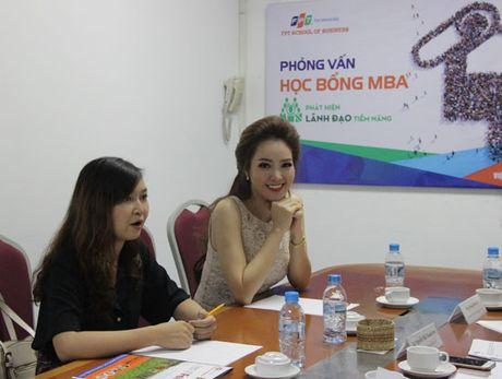 A hau Thuy Van, MC Thu Huong cua VTV24 duoc FPT trao hoc bong MBA - Anh 3
