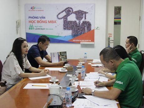 A hau Thuy Van, MC Thu Huong cua VTV24 duoc FPT trao hoc bong MBA - Anh 4