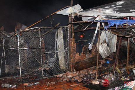Cháy lớn trong làng Đại học, 4 tiệm tạp hóa bị thiêu rụi