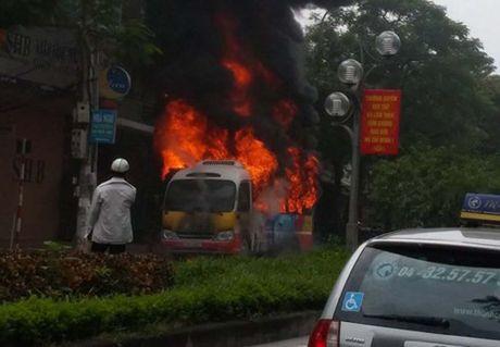 Xe buýt phát nổ khi đang lưu thông