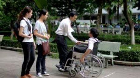 Ngan hang khong chiu lam the ATM vi la nguoi khuyet tat - Anh 1