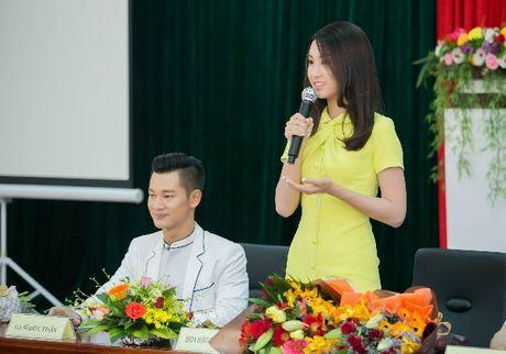 Hanh dong ga-lang cua Duc Tuan khi gap Hoa hau Do My Linh - Anh 8