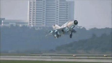 MiG-21 Trieu Tien dap duoi xuong duong bang khi ha canh - Anh 1