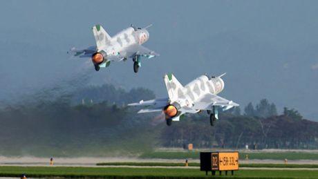 MiG-21 Trieu Tien dap duoi xuong duong bang khi ha canh - Anh 2