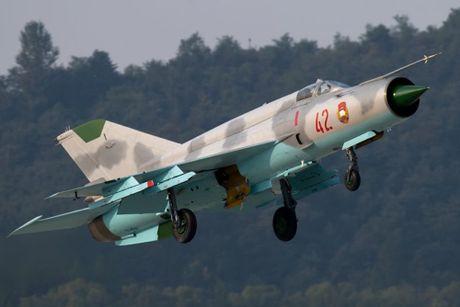 MiG-21 Trieu Tien dap duoi xuong duong bang khi ha canh - Anh 3