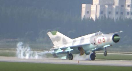 MiG-21 Trieu Tien dap duoi xuong duong bang khi ha canh - Anh 4