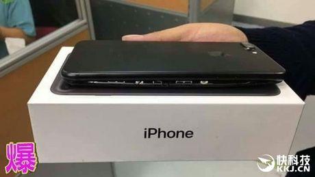 Lai xuat hien them chiec iPhone 7 nghi bi no pin nut toac ca may - Anh 1