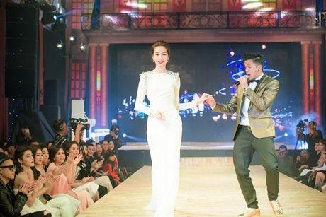 Hoa hau Ky Duyen la lam tai xuat tren san catwalk - Anh 6