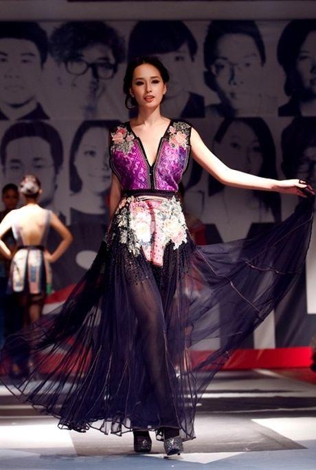Hoa hau Ky Duyen la lam tai xuat tren san catwalk - Anh 7