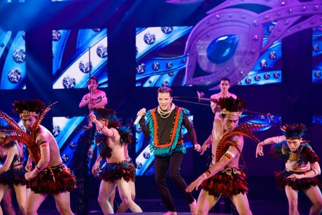 Dam Vinh Hung nen dau hat nhay cuc sung trong Diamond show hon 2 tieng ruoi - Anh 2