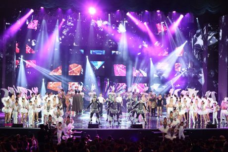 Man nhan voi 'sieu show' 12 ti dong, 600 bo trang phuc cua Mr Dam - Anh 26