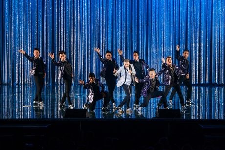 Liveshow 20 nam ca hat cua Dam Vinh Hung: Hoanh trang, mau sac nhu Las Vegas thu nho - Anh 27