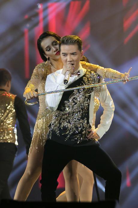 Liveshow 20 nam ca hat cua Dam Vinh Hung: Hoanh trang, mau sac nhu Las Vegas thu nho - Anh 6