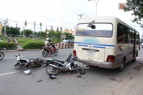 Binh Duong: Hai xe may tong duoi xe khach, 4 nguoi vang ra duong trong thuong - Anh 1