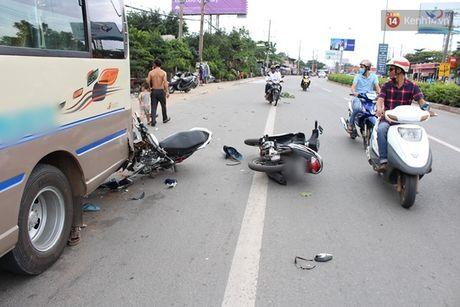 Binh Duong: Hai xe may tong duoi xe khach, 4 nguoi vang ra duong trong thuong - Anh 2