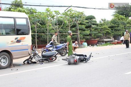 Binh Duong: Hai xe may tong duoi xe khach, 4 nguoi vang ra duong trong thuong - Anh 3