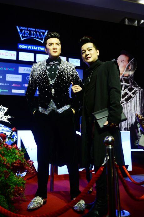 Dan sao Vpop tap nap xem live show Dam Vinh Hung - Anh 5