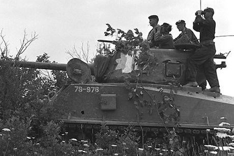 Chiem nguong xe tang hang trung M4A2 Sherman cua My va Canada - Anh 6