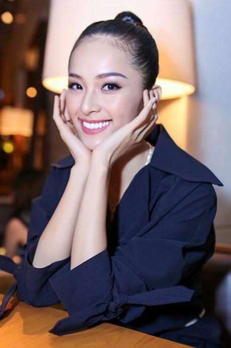 'Nang Tam' Ha Vi di du su kien voi trang suc bac ty - Anh 6