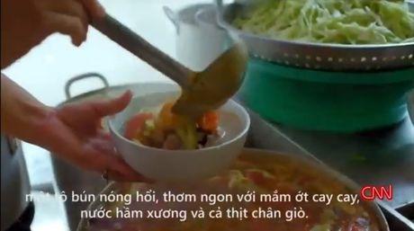 'Bun chui' noi tieng Ha Noi duoc khen tren truyen hinh My - Anh 3