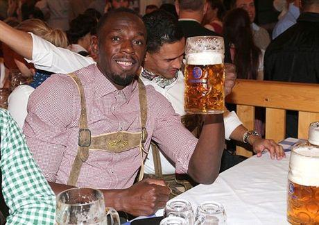 Usain Bolt tung bung don le hoi bia cung sao Bayern - Anh 1