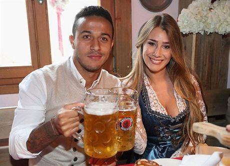 Usain Bolt tung bung don le hoi bia cung sao Bayern - Anh 4