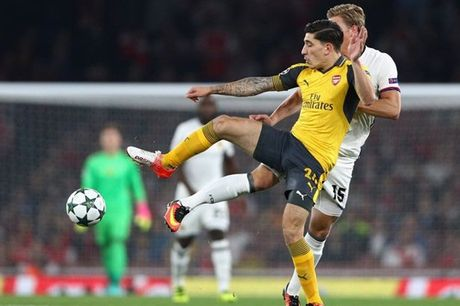Bi Man City dom ngo, Arsenal gap rut troi chan Bellerin - Anh 1