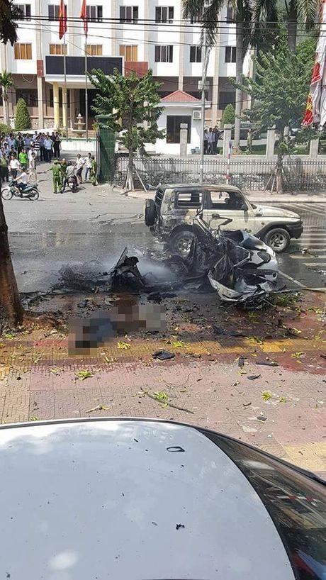 Taxi chay no kinh hoang gan UBND Cam Pha, 2 nguoi chet chay - Anh 4