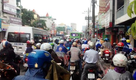 Mua lon dau tuan, nguoi dan TP HCM khon kho di lam - Anh 2