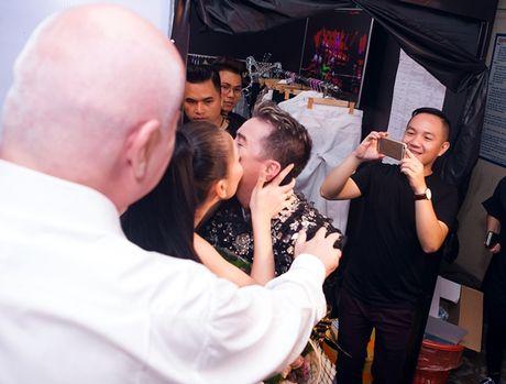 Phan ung bat ngo cua chong Thu Minh khi vo om hon Dam Vinh Hung - Anh 1