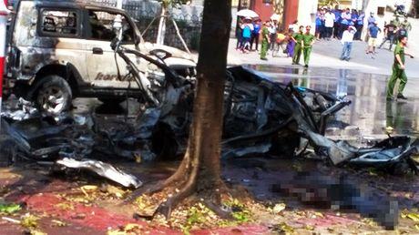 Xe taxi no nhu bom o Cam Pha, 2 nguoi chet - Anh 6