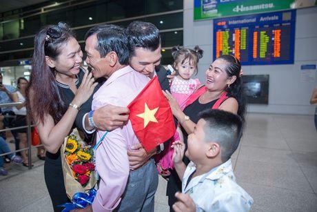 Khanh Ngan The Face ra san bay don Ngoc Tinh - Anh 2