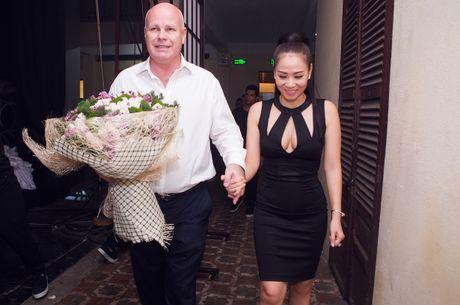 Sau 'scandal' no nan, chong Tay tiep tuc sat canh voi Thu Minh - Anh 2