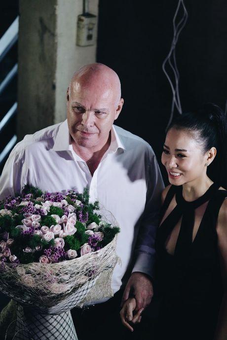 Sau 'scandal' no nan, chong Tay tiep tuc sat canh voi Thu Minh - Anh 4