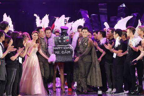 Dam Vinh Hung hanh phuc khi duoc fan to chuc sinh nhat ngay trong Diamond Show - Anh 1