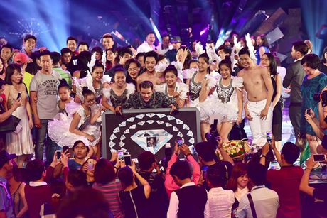 Dam Vinh Hung hanh phuc khi duoc fan to chuc sinh nhat ngay trong Diamond Show - Anh 2