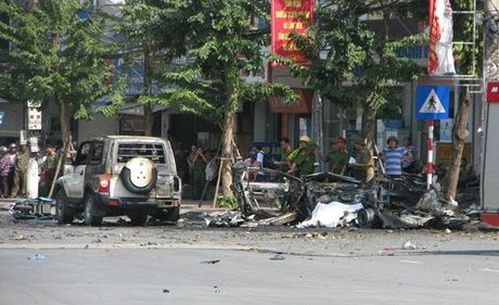 Hien truong vu no taxi kinh hoang giua duong pho Quang Ninh - Anh 1