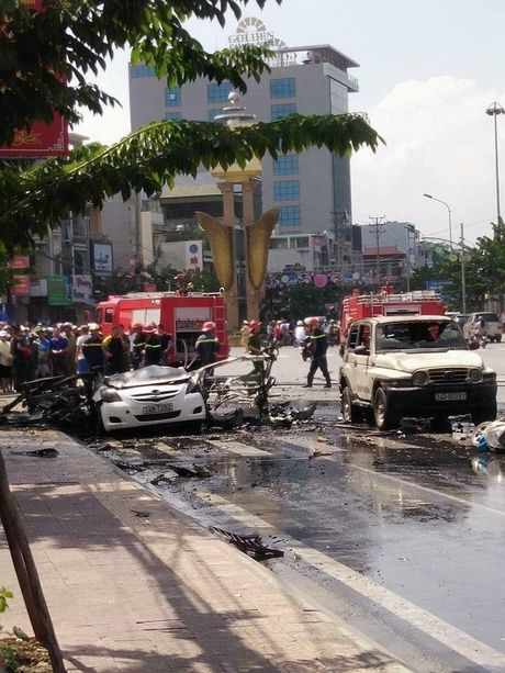 Hien truong vu no taxi kinh hoang giua duong pho Quang Ninh - Anh 3