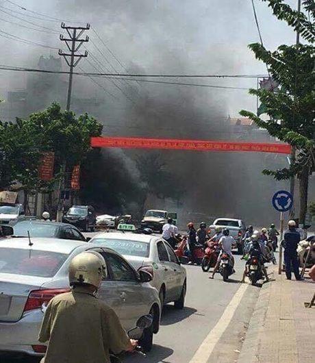 Hien truong vu no taxi kinh hoang giua duong pho Quang Ninh - Anh 6