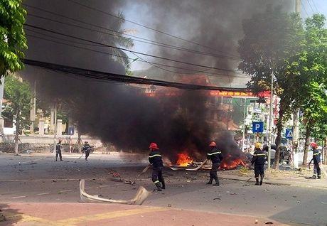Hien truong vu no taxi kinh hoang giua duong pho Quang Ninh - Anh 7