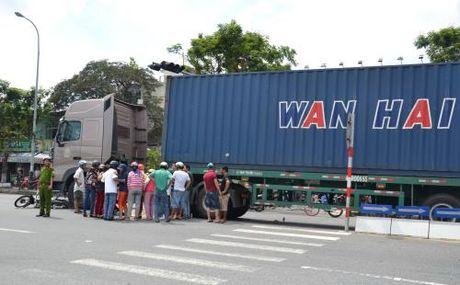 Da Nang: Xe container gay tai nan cuon xe may vao gam xe - Anh 1
