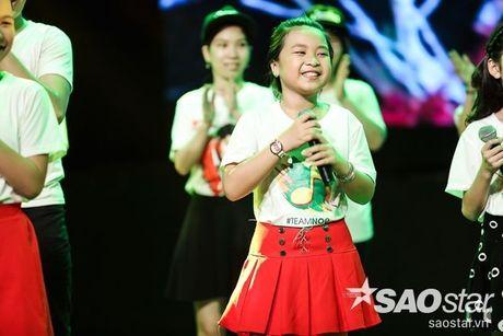 Noo Phuoc Thinh cam dong suyt khoc truoc mon qua dac biet cua Top 6 The Voice Kids va cac fan - Anh 8