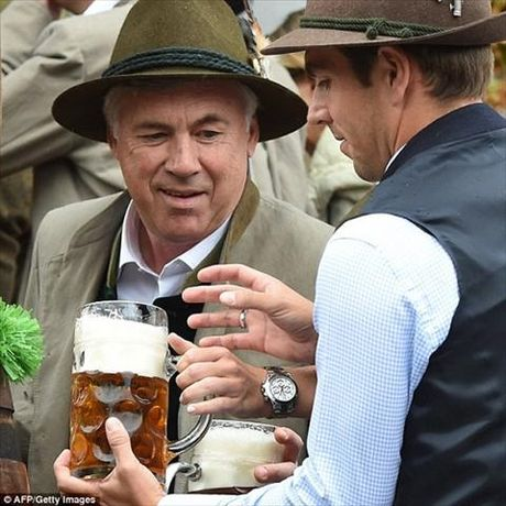 Dan sao Bayern Munich dua bo xinh, vo dep du le hoi bia Oktoberfest - Anh 12