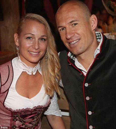 Dan sao Bayern Munich dua bo xinh, vo dep du le hoi bia Oktoberfest - Anh 15
