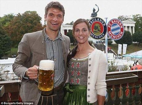 Dan sao Bayern Munich dua bo xinh, vo dep du le hoi bia Oktoberfest - Anh 1