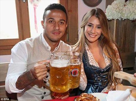 Dan sao Bayern Munich dua bo xinh, vo dep du le hoi bia Oktoberfest - Anh 2